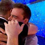 Pablo Díaz abraza a Roberto Leal al ganar el bote de 'Pasapalabra'