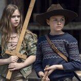 Cailey Fleming y Anabelle Holloway en la temporada 11 de 'The Walking Dead'