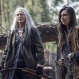 Melissa McBride y Cassady McClincy en la temporada 11 de 'The Walking Dead'