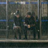 Nadia de Santiago y Álvaro Cervantes, bajo la lluvia en 'El tiempo que te doy'
