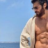 Can Yaman luce su torso desnudo con bañador