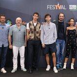 El reparto de 'La edad de la ira' con Nando López, autor de la novela