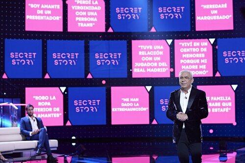 Jorge Javier Vázquez, junto a los misterios de 'Secret Story' en la gala 1