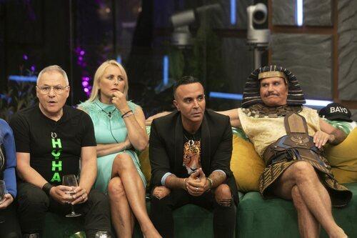 Los concursantes de 'Secret Story' en el salón durante la Gala 1