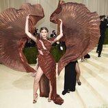 Valentina Sampaio despliega su vestido en la Gala MET 2021