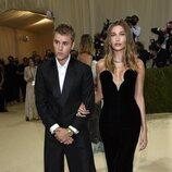 Justin Bieber y Hailey Bieber se cogen del bazo en la Gala MET 2021