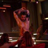 Carlo Costanzia realiza un striptease en la temporada 2 de 'Toy Boy'