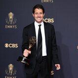Bill Wrubel posa con el Emmy 2021 a Mejor Serie de Comedia