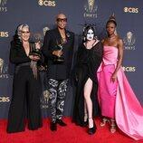 El equipo de 'RuPauls's Drage Race' posa con su Emmy 2021 a Mejor Reality Show