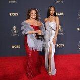 Debbie Allen, ganadora del Emmy 2021 honorífico, posa con Kylie Jefferson