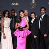 Parte del equipo de 'Hamilton' con el Emmy 2021