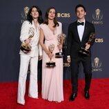 Los guionistas de 'Hacks' posan con su Emmy 2021