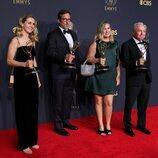 Los actores invitados a 'Saturday Night Live' posan con su Emmy 2021