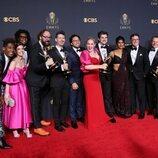 El equipo de 'Stephen Colbert's Election Night 2020' posa con sus Emmy 2021