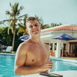 Arkano posa sin camiseta en la piscina