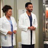 Winston junto a una residente en la decimoctava temporada de 'Anatomía de Grey'