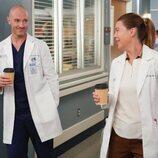 Richard Flood junto a Ellen Pompeo en la decimoctava temporada de 'Anatomía de Grey'