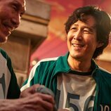 Oh Young-soo y Lee Jung-jae, sonrientes en 'El juego del calamar'