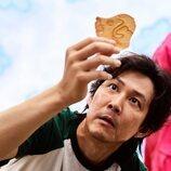 Lee Jung-jae revisa su galleta en 'El juego del calamar'