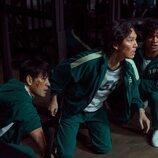 Park Hae-soo, Lee Jung-jae y Anupam Tripathi en 'El juego del calamar'