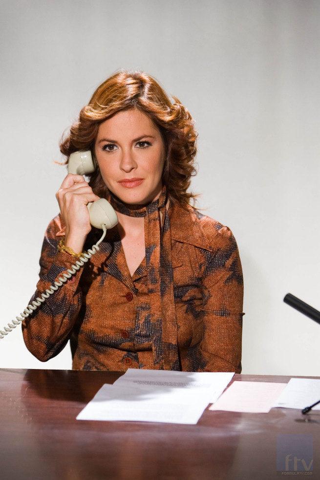 Mamen Mendizábal atiende el teléfono por el 30 aniversario de la democracia