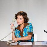 Helena Resano posa vestida a la moda de los 70