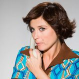 Helena Resano atiende el teléfono ataviada al estilo de los años 70