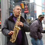 Javier Sardá toca el saxo