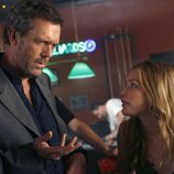Hugh Laurie y Piper Perabo en 'House'
