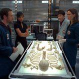 Emily Deschanel investiga unos huesos en 'Bones'
