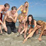 Begoña Alonso, Iván Santos y otros consursantes de Supervivientes 2009 en la playa