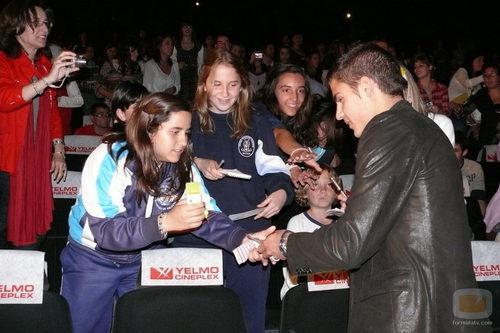 Maxi Iglesias firma autógrafos a sus fans