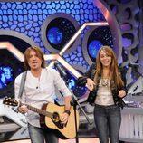 Billy Ray Cyrus y su hija Miley cantando