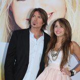 Miley Cyrus con su padre en la première de Madrid