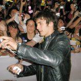 Yon González se hace fotos con las fans en la première de 'El internado'