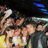 Yon González con las fans en la première de 'El internado'
