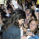 Marta Torné firmando autógrafos en Alicante