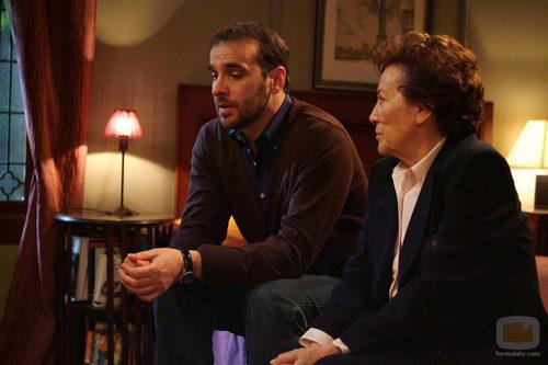 Héctor (Luis Merlo) y Jacinta (Amparo Baró) hablan en 'El internado'