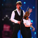 Alexander Rybak, representante de noruego, actúa en la Semifinal de Eurovisión 2009