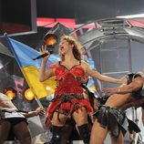 La cantante Svetlana Lobodade Ucrania durante su actuación en Eurovisión 2009