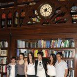 Los actores de la quinta temporada de 'El internado' posan en uno de los decorados