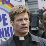 El Padre Jack Landry en el capítulo piloto de 'V'
