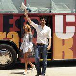 Marisa Gutiérrez y Jorge Fernández frente al autobús de 'Esta casa era una ruina'