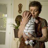 Clara con un bebé en 'Física o Química'