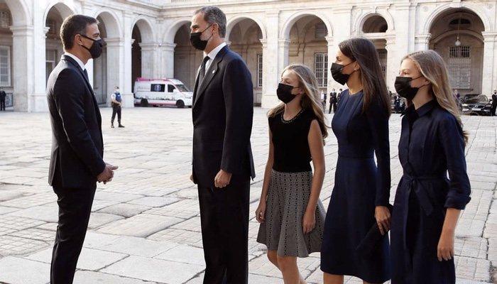 La famille royale salue Pedro Sánchez lors de l'hommage