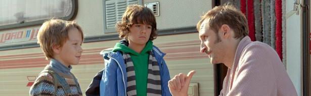 Marco y Lucas hablan con un desconocido