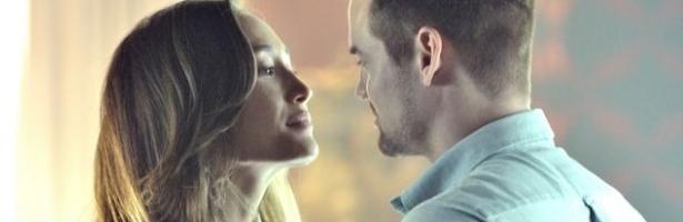 Shane West y Maggie Q en una escena de la tercera temporada de 'Nikita'