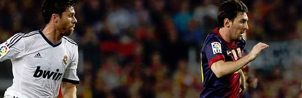 Xavi Alonso y Lionel Messi durante un partido