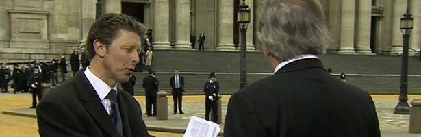 Charlie Stayt, a la izquierda, estaba hablando con Terry Wogan cuando llamó boda a lo que era un funeral