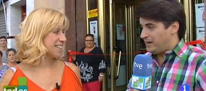Estrella y un reportero de 'Entre todos' en la inauguración en directo de la tienda en octubre